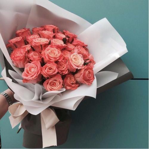 Купить на заказ Заказать Букет из 31 коралловой розы с доставкой по Риддеру с доставкой в Риддере